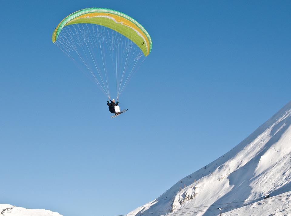 3 activités pour découvrir la montagne vue du ciel en hiver